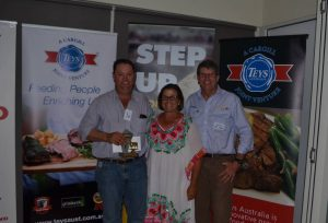 James and Sally Morse, Molong presented with their award for first in the Carcase section, by sponsor Brett Kowitz, Coopers Animal Health, Toowoomba.